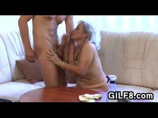 बूढ़ी सफाई महिला एक युवा लड़के द्वारा गड़बड़ हो जाता है