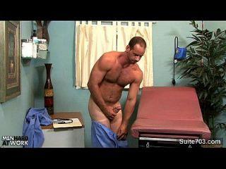 सींग का समलैंगिक डॉक्टर परिधि ब्रूक कार्यालय में हस्तमैथुन
