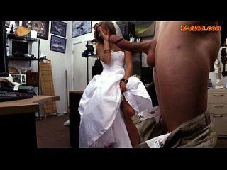 दुल्हन उसकी शादी की पोशाक मोहरे और मोहरे आदमी द्वारा किसी न किसी हो