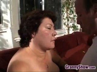 बड़े दादी सुखदायक मुर्गा और कमबख्त