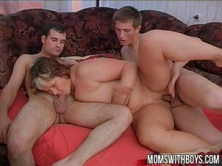 शरारती लड़कों ने उसकी नींद में अपने कदम माश को परेशान किया