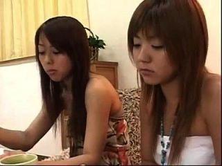 2 जापानी समलैंगिकों केक खाने और चुंबन