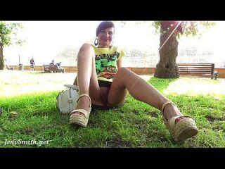 जेनी स्मिथ ना पैंटी अपस्कर्ट सार्वजनिक फ्लैश
