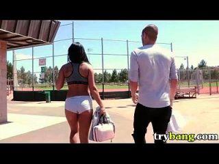 गियाना निकोल सार्वजनिक बैंग एचडी अश्लील में पार्क में गेंद खेलती है