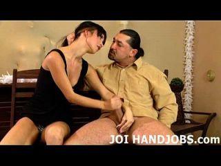 मैं अपने छोटे हाथों में अपने हार्ड मुर्गा उत्साहित प्यार जॉय