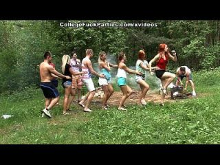 गंदी कॉलेज sluts जंगली बकवास उत्सव में एक आउटडोर पार्टी बारी दृश्य 1
