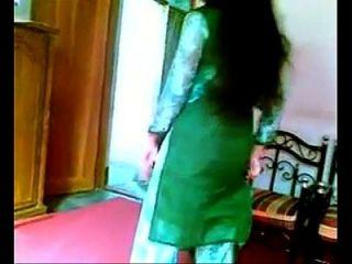 सुंदर बांग्ला जीएफ स्तन शो और लाल ब्रा में दबाया
