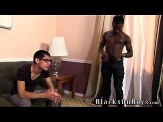 एडी संत अपने काले दोस्त द्वारा गड़बड़ हो जाता है