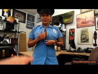 इस लैटिना पुलिस महिला को दोनों स्तन और गधे मिल गया है
