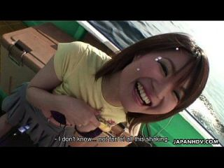एशियाई लड़की उसके खिलौने और उसकी योनी के साथ खेल रहा है
