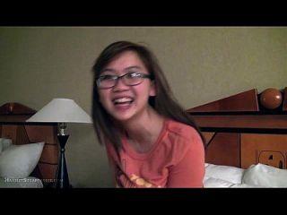 चश्मे में प्यारा बस्टी एशियाई प्रेमिका उंगलियां