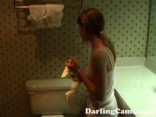 युवा 18yo किशोर होटल बाथरूम में masturbates darlingcams.com