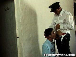 निर्दोष twink गार्ड द्वारा टक्कर लगी है