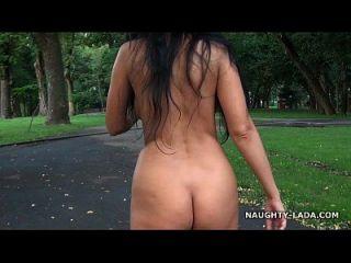 नग्न चलना और एक पार्क में हस्तमैथुन