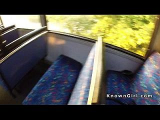 सार्वजनिक बस में बालों वाली ब्रिटिश शौकिया बैंग्स