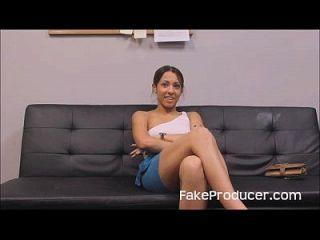 ऑडिशन कास्टिंग के दौरान एक blowjob में प्यारा लैटिना गुदा