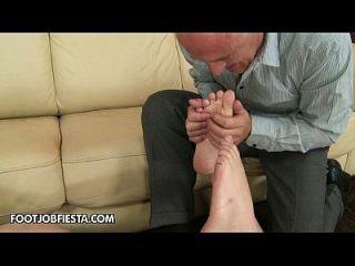 सींग का जिम्नास्ट लिली लैब्यू ने अपने सेक्सी पैर को अच्छी तरह इस्तेमाल किया