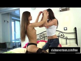 किशोर समलैंगिकों एक dildo के साथ खेलते हैं