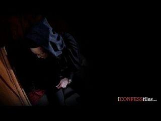 कन्फ्यूशनफ़ाइलें: सुनहरे बालों वाली पुजारी डिक बेकार