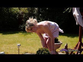 4k वीडियो के लिए उसके झाड़ी ट्रेलर द्वारा प्रदर्शनकारी सुनहरे बालों वाली धूप का चश्मा अपर्याप्त