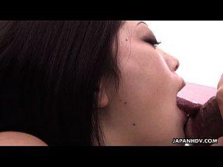 प्यारा सा जापानी लड़की चूसने पर एक अच्छा बड़ा चोंच
