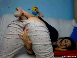 सींग का बेब बेडरूम में dildoing आनंद मिलता है