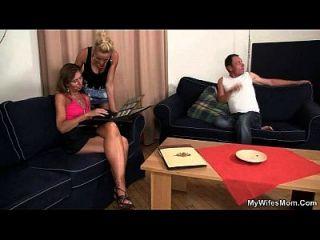 वह अपने आदमी कमबख्त भाभी को देखती है