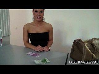 एजेंट चेक लड़की नकदी के बदले में अजनबी आदमी द्वारा पकड़ा