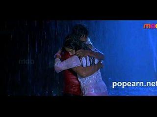 प्यारा किशोर जो कि रात में तेलुगू फिल्म के वसासूली से पार्क में आनंद ले रहे हैं