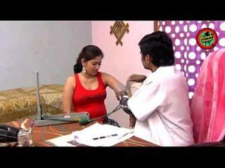 जाँच करते समय रोगी के साथ डॉक्टर रोमांस