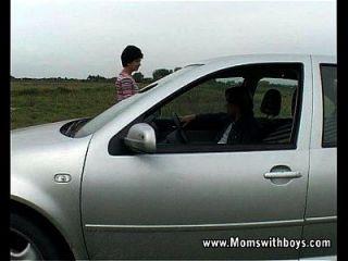 कार परेशान दादी मदद और गड़बड़ हो जाता है