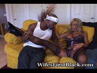 कुंवारी पत्नी के पास उसका पहला काला अनुभव है