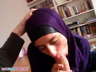 अरबी लड़की सिर देता है