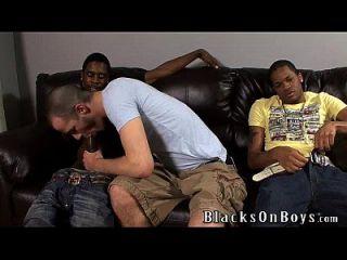 ब्रेंडन शॉ दो काले लोगों के साथ अंतरजातीय सेक्स की कोशिश करता है