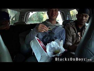ऑस्टिन डलास दो काले लोगों को कुछ गधा देता है