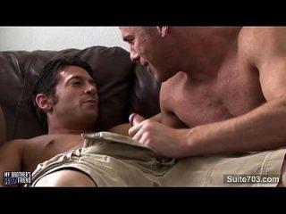 सींग का समलैंगिक चुंबन और कमबख्त