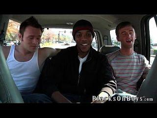 कैमरून दो सफेद लड़कों द्वारा गड़बड़ हो जाता है
