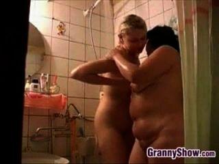 नानी और शॉवर में एक सुंदर लड़की