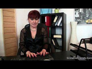सुंदर कार्यालय महिला एक ही बार में दो डिक्स प्राप्त करती है