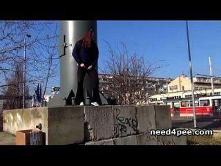 मुंडा और प्राकृतिक pussies फिल्माया आउटडोर pissing