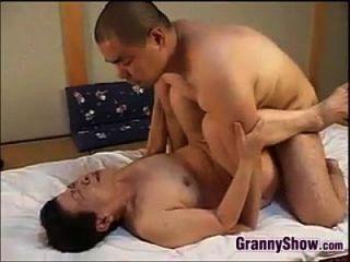 जापानी दादी एक महान blowjob दे रही है
