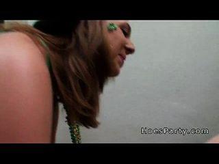 सेक्सी शौकिया लड़कियां सार्वजनिक में चूसने
