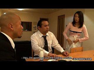 एशियाई नौकरानी अपने ग्राहक के सामने उसे चूसने