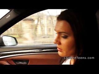Busty किशोर कार में गुदा हो जाता है
