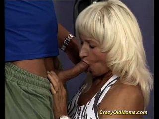 जिम में पेशी माँ सेक्स