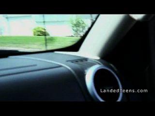 किशोर अजनबियों कार में masturbates