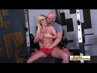 Busty गोरा उसके बड़े डिक कसरत प्रशिक्षक से एक संभोग सुख हो जाता है