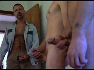 बालों वाली समलैंगिक शेरिफ अपोरेनाइक के साथ बंद मरोड़ते