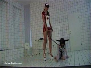लंबा और छोटी महिला बुत (श्रव्यसाहित्य घंटी द्वारा संगीत)
