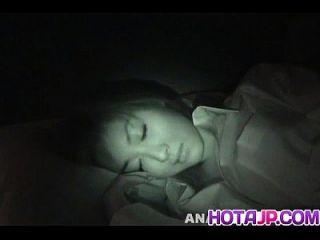 माई यामासाकी मुर्गा चूसना और कुत्ते के फ्रिगिंग पाने के लिए जाग रही है
